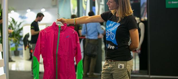 Colori sgargianti per l'abbigliamento donna ciclista 2015 di Shimano