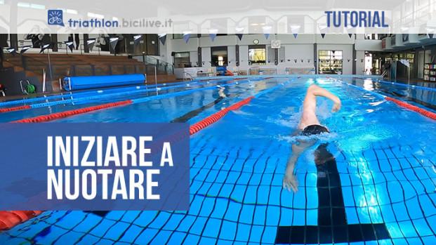 Iniziare a nuotare: gli strumenti, gli esercizi e alcuni consigli per migliorare l'acquaticità